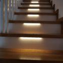 Schody dębowe na konstrukcji drewnianej z podświetleniem LED